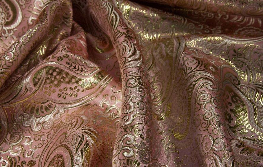 Из чего производят ткань глазет, где она используется и как за ней ухаживать?