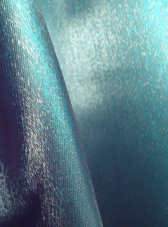 Каковы свойства ткани кристалон? Где она используется?