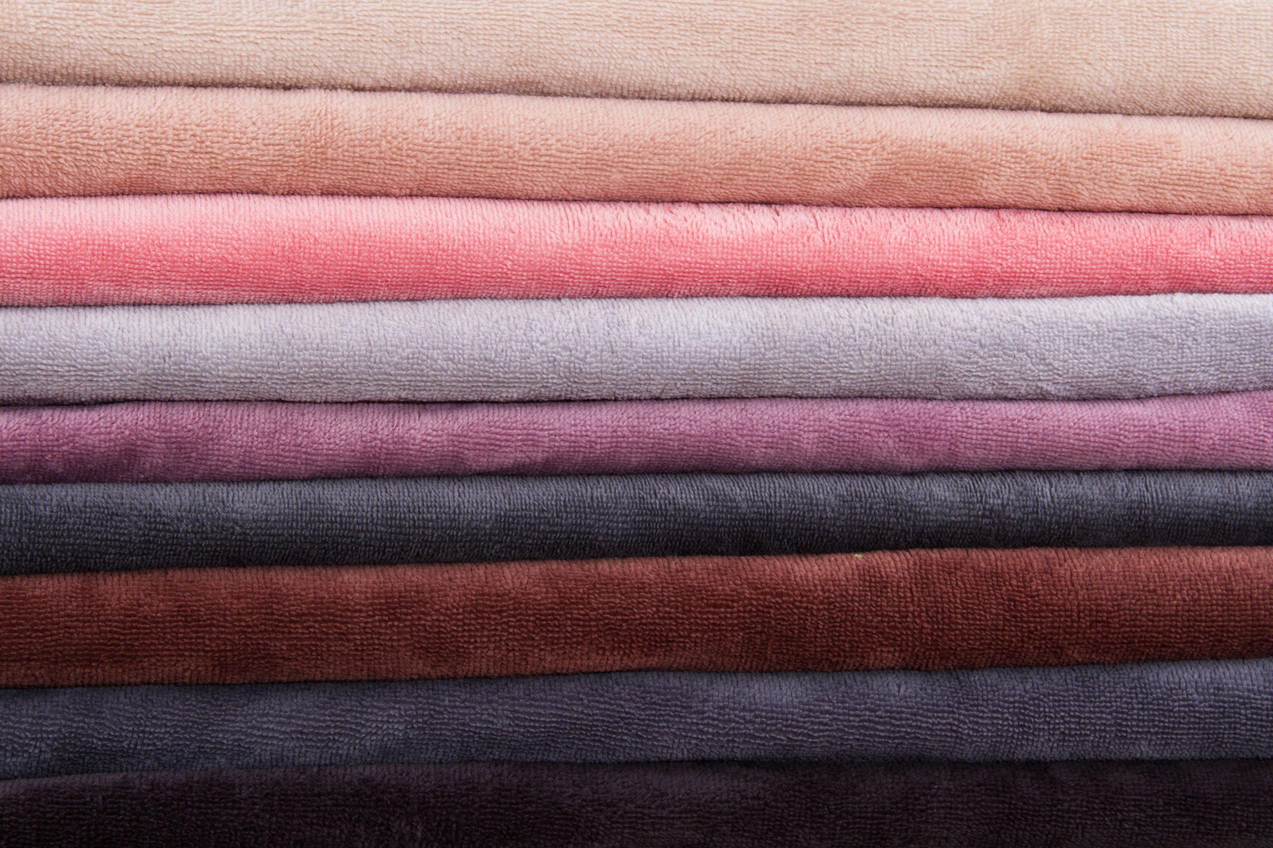 Чем известна ткань плюш? Какие у нее свойства?
